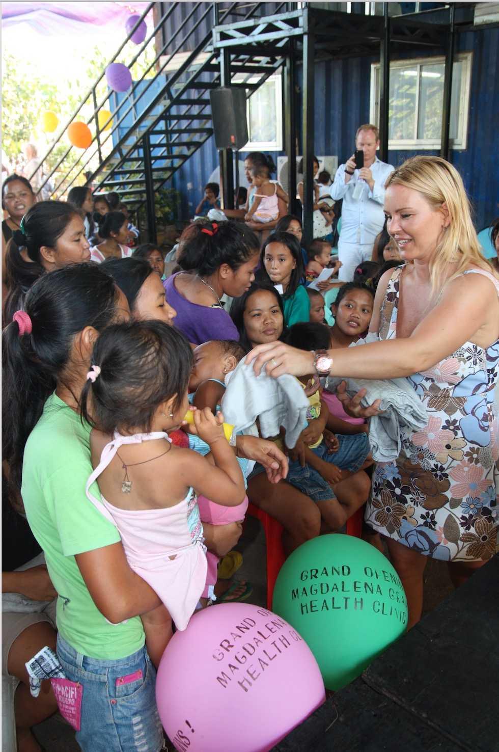 Magdalena samlar in pengar via sin blogg för att kunna driva hälsocentret i Filippinerna.