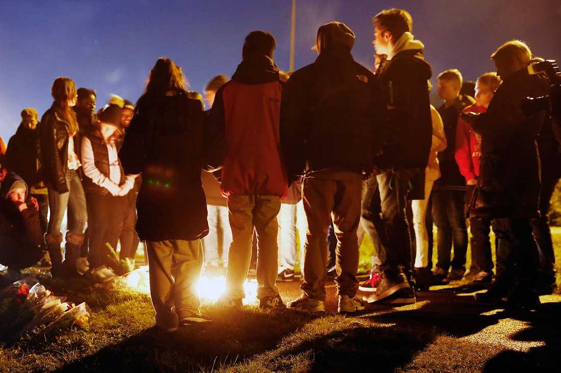 Under lördagen samlades människor och tände ljus vid platsen där dubbelmordet ägde rum