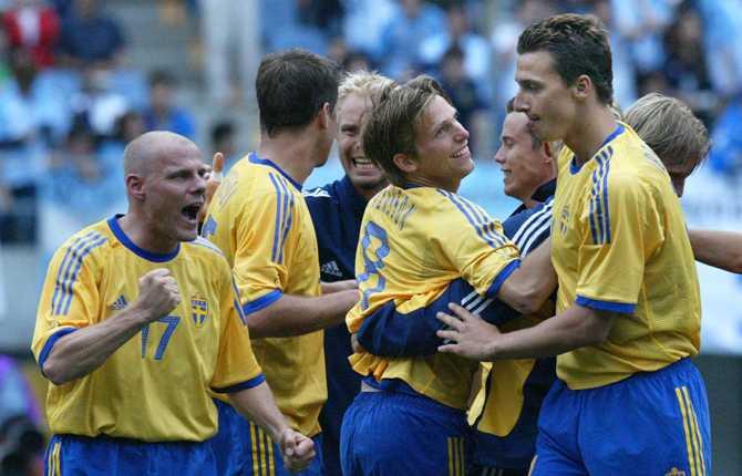 """Zlatan Ibrahimovic fick följa med till VM i Sydkorea/Japan 2002 där Sverige vann """"Dödens grupp"""" för att sedan bli utslaget mot Senegal i åttondelsfinalen. Här jublar Zlatan & co efter 1–1 mot Argentina i gruppspelet."""