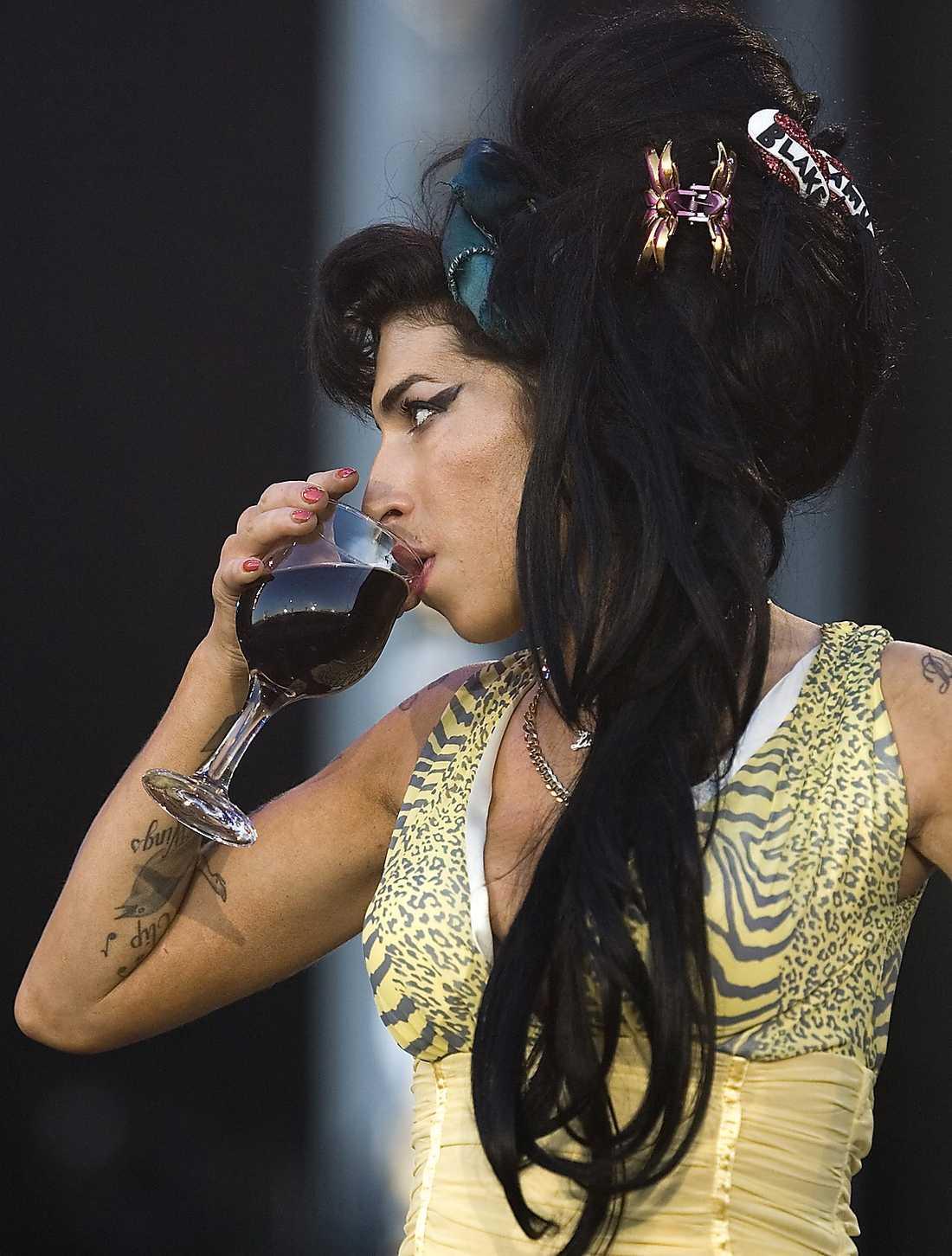 Dryckesvanorna är inget nytt. Här under en spelning i Rio tar hon ett stort glas vin.
