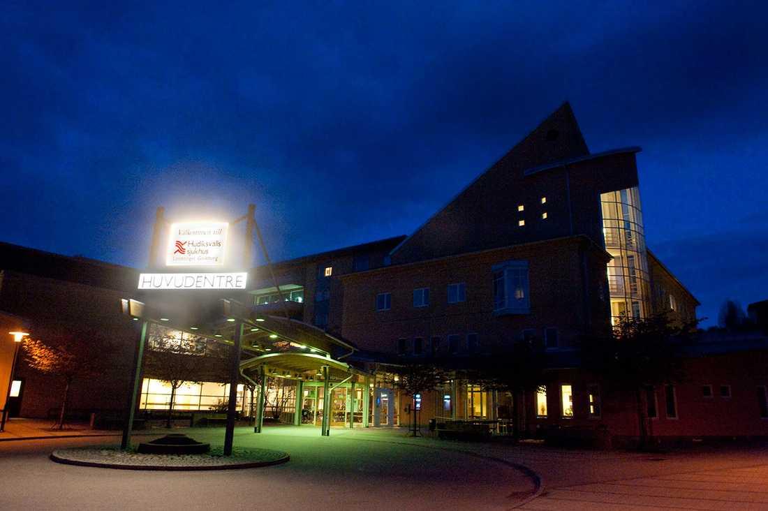 Daniel Richardsson vårdas på Hudiksvalls sjukhus för sina skador.