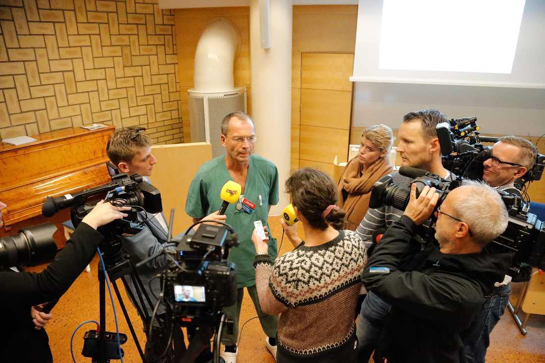 Lars Spetz, överläkare på intensivvårdsavdelningen, på presskonferensen på sjukhuset där de skadade från skolattacken vårdas.