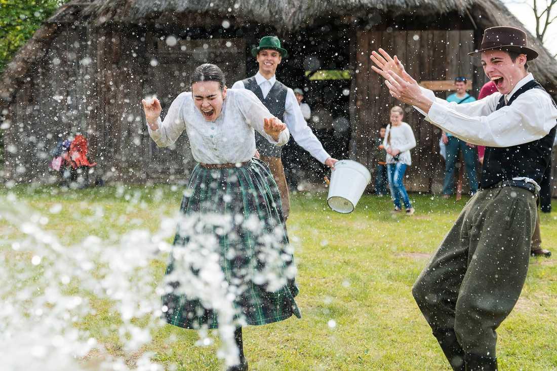I Ungern kastar killar vatten på tjejer.