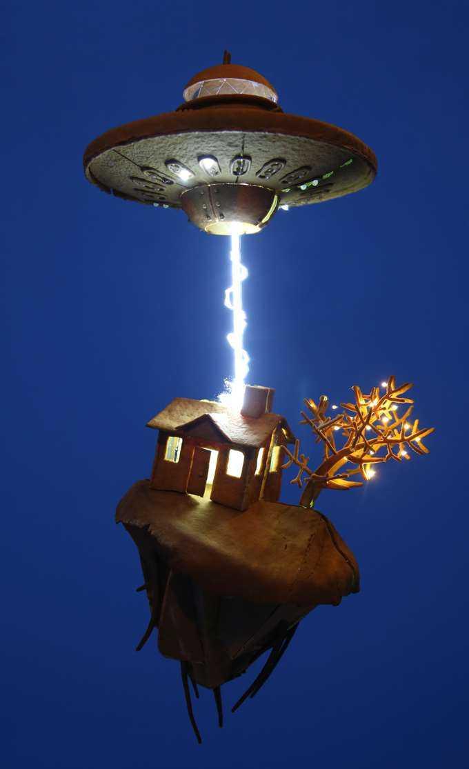Årets projekt, ett ufo som river upp ett hus ur marken.