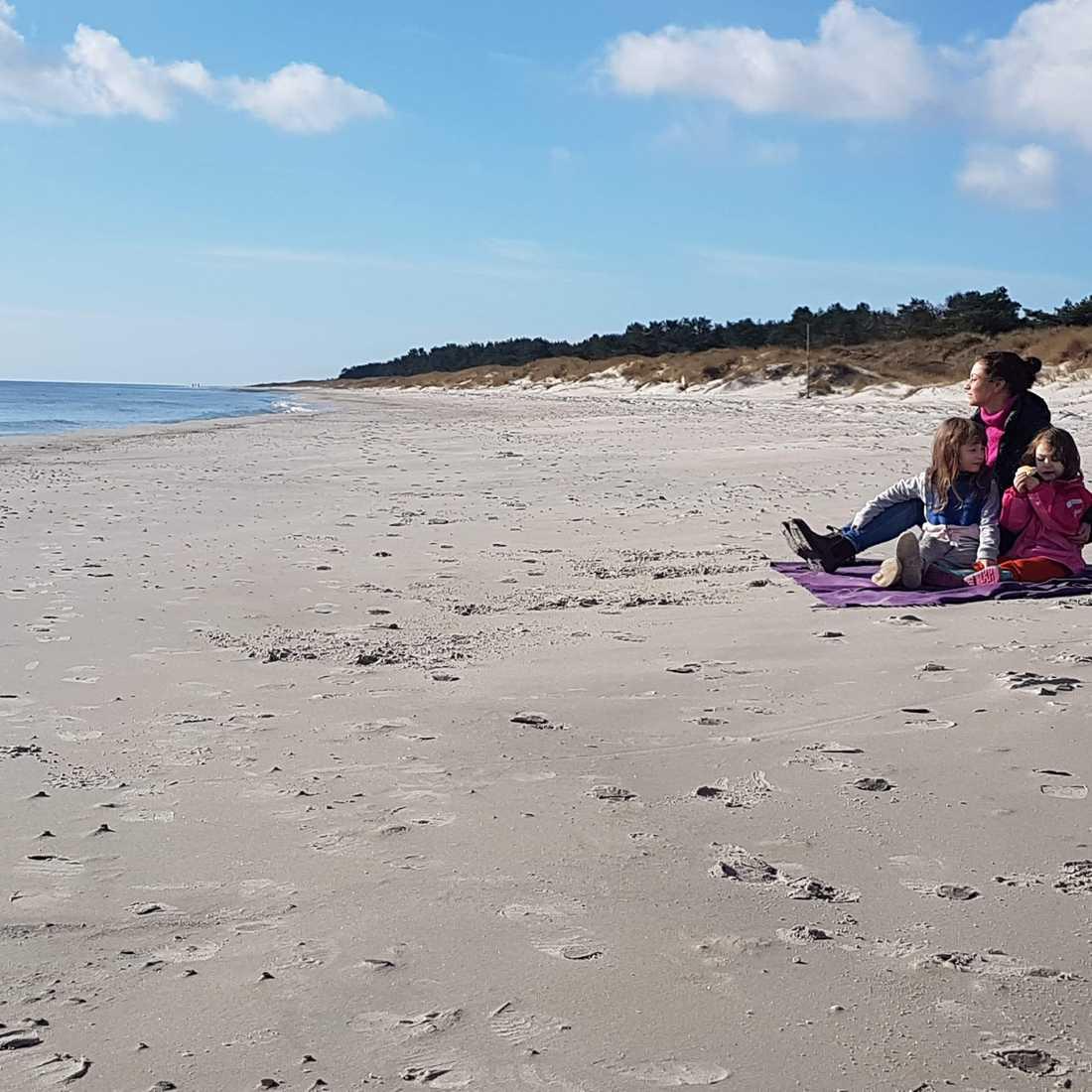 Utmaning 3: Lyssna på naturen. Jenny med döttrarna Lily, 6, och Lovis, 3, på stranden.