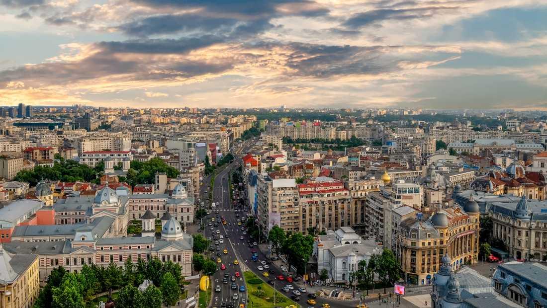 Bukarest är en livlig stad med mycket människor.