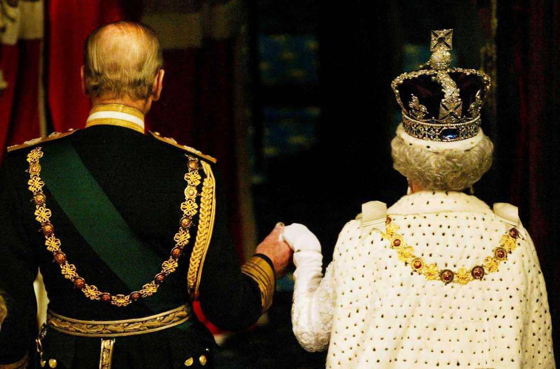 Prins Philip och drottning Elizabeth II, iförd Imperiestatskronan, i samband med parlamentets öppnande 2003.