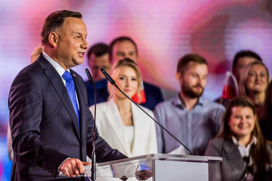 Polens sittande president Andrzej Duda tog med knapp marginal hem segern i presidentvalet under söndagen.