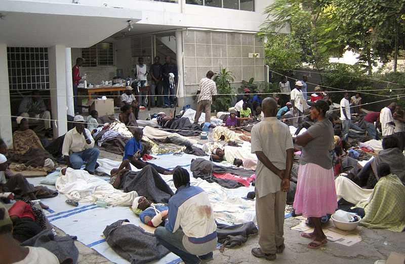 SJUKHUS –PÅ KONTORET Medecin sans frontiers (Läkare utan gränsers) kontor i Petion Ville i Port-au-Prince förvandlades till sjukhus i går. Mängder av skadade tvingades ligga i timmar på gatan i väntan på vård.
