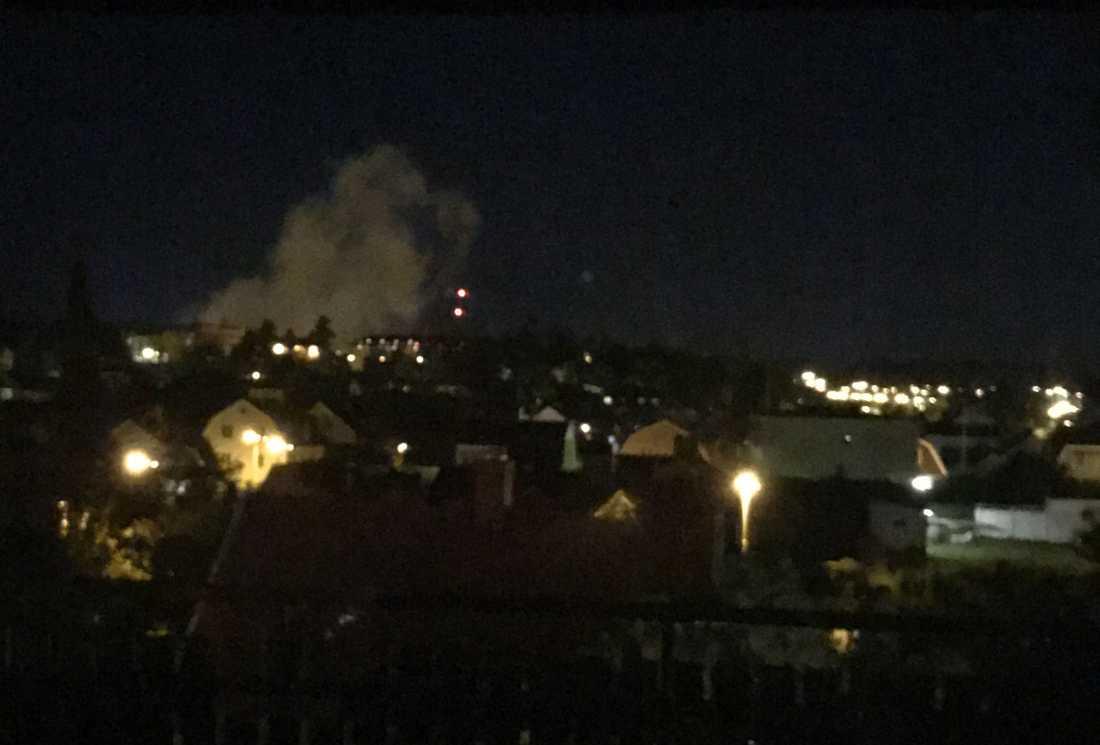 Ett rökmoln syntes lång väg efter att en detonation hörts i Linköping.