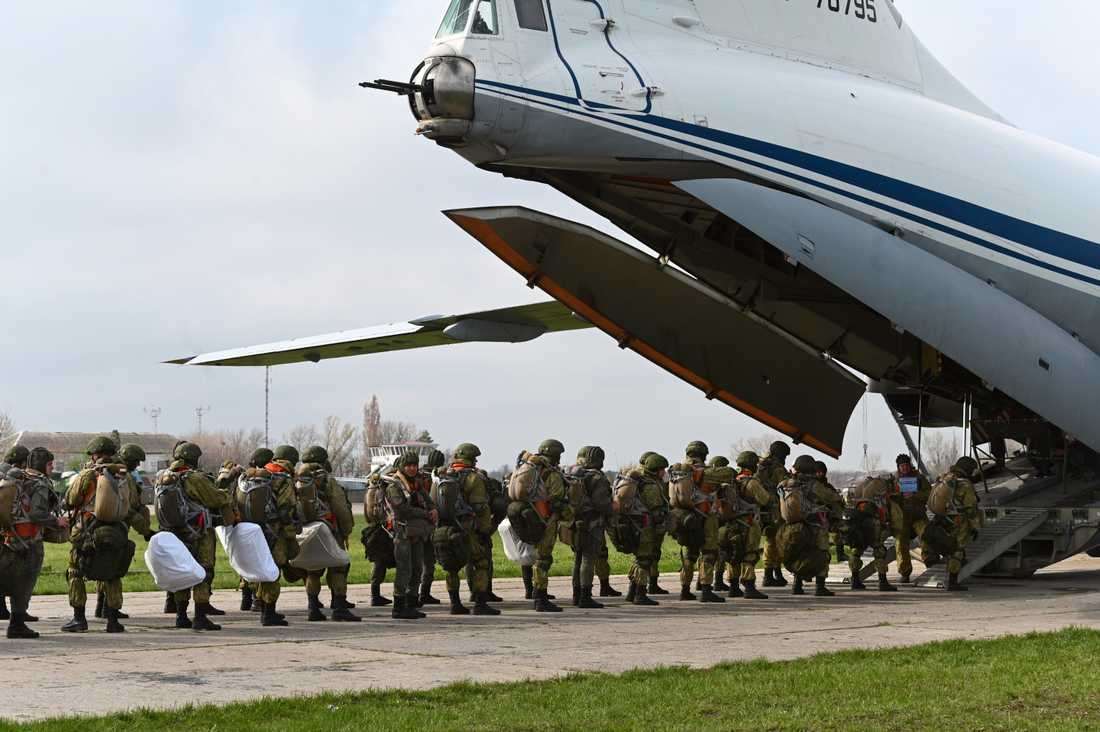 Ryska fallskärmsjägare i Taganrog, nära gränsen till Ukraina, på torsdagen.