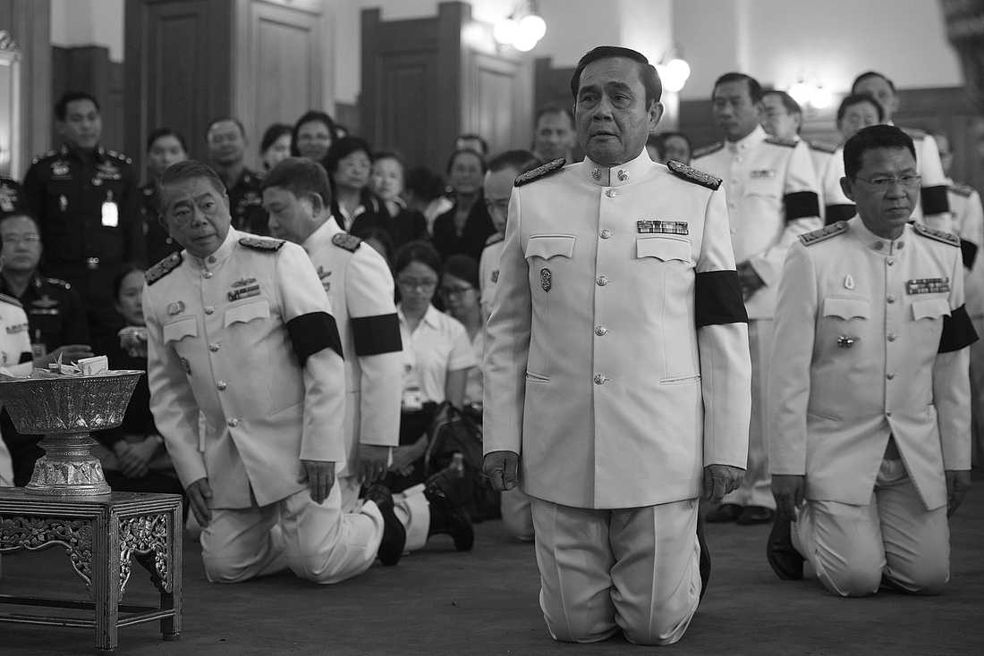 Thailands premiärminister general Prayuth Chan-o-cha närvarar vid en sorgeceremoni i Grand Palace.