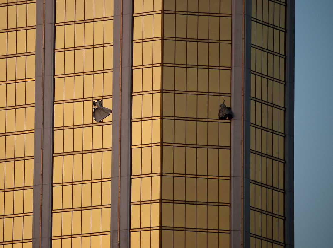 Paddock ska ha krossat ett fönster på hotellet 32:a våning innan han började skjuta.