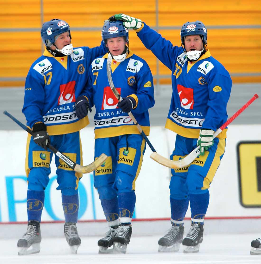Fosshaug och Jonas Holgersson klappar om Johan Esplund efter ett mål i VM 2005.