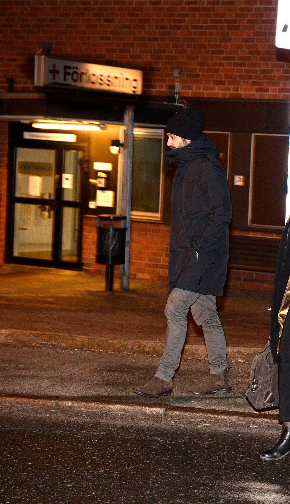 Prins Carl Philip lämnar Karolinska sjukhuset efter att besökt kronprinsessan Victoria