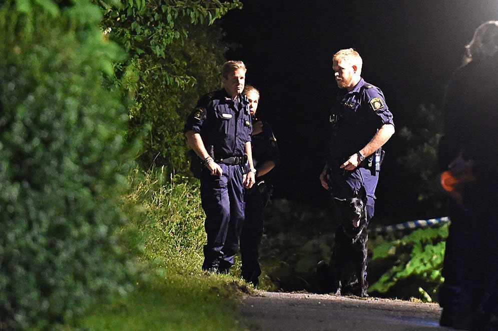 Polis undersöker omgivningarna i Bromsten under onsdagskvällen.