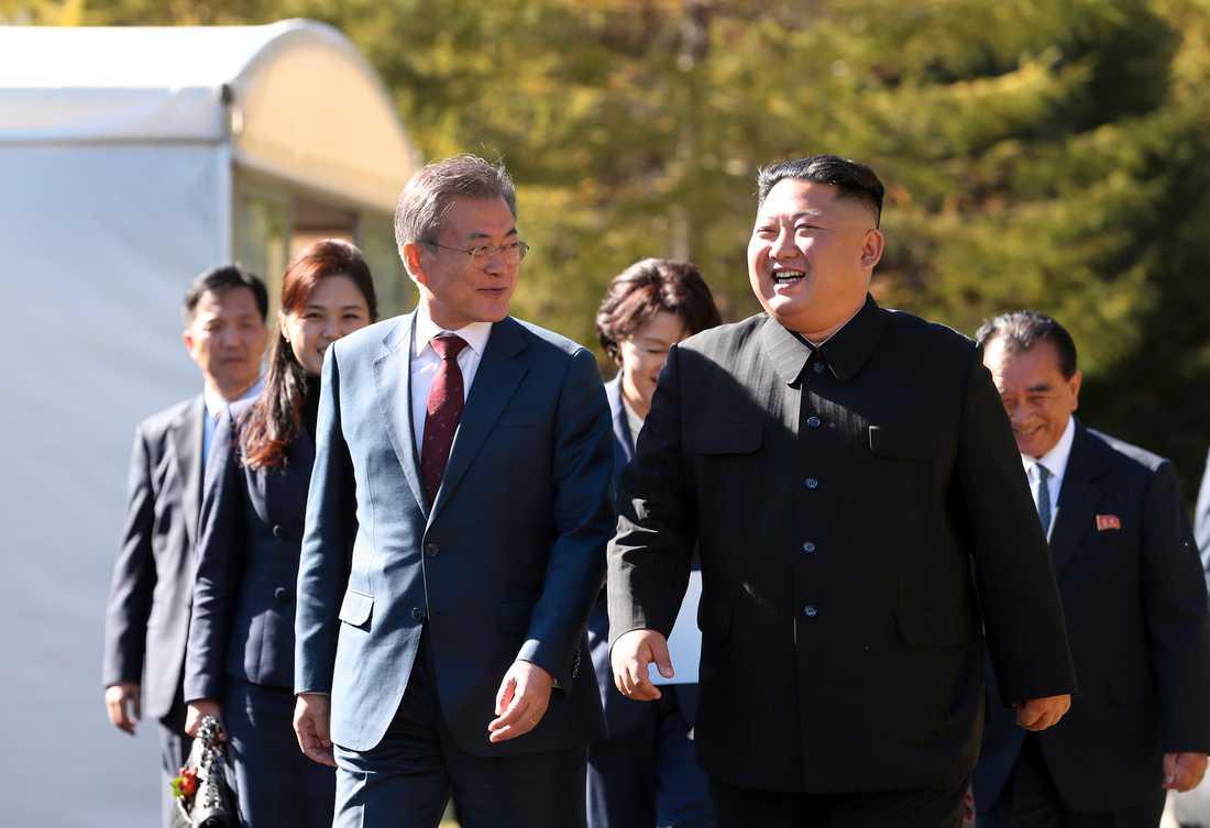 Sydkoreas president Moon Jae-In tillsammans med Nordkoreas ledare Kim Jong-Un vid tredagarsmötet i Nordkorea i september. Arkivbild.