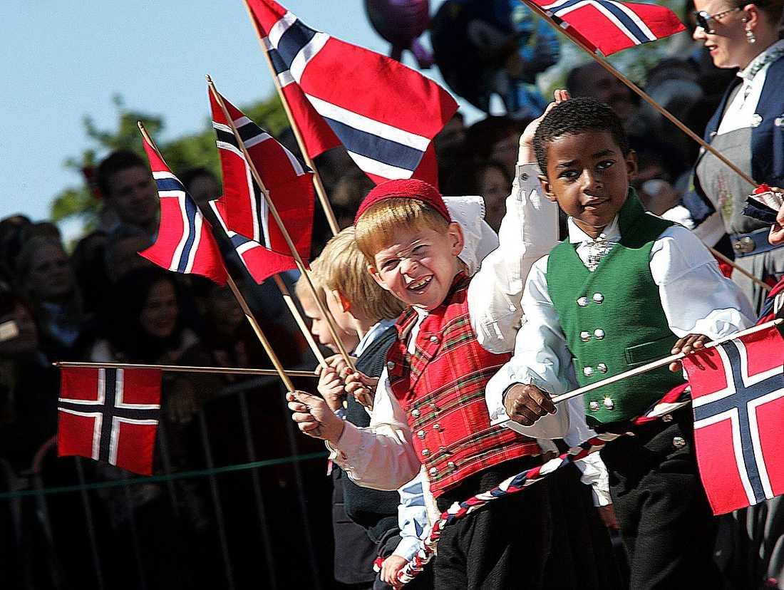 BLÅGULT BAKOM SYTTENDE MAI Norge har all anledning att tacka Sverige för sin storhet i dag.