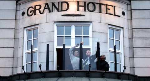 Säkerhetspersonal installerar skottsäkert glas på Grand Hotel inför Obamas besök.
