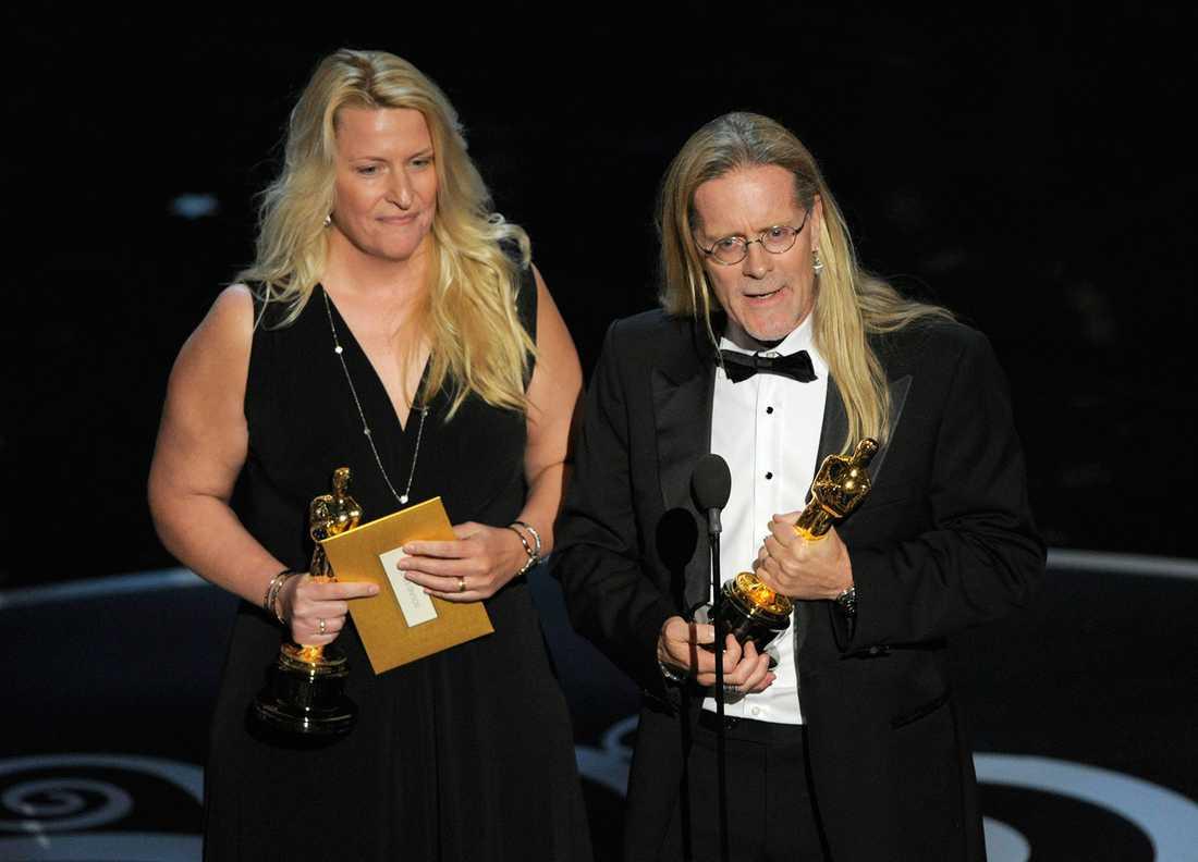 """Karen Baker Landers och Per Hallberg tar emot en Oscar för """"Skyfall"""". 54-årige svensken Per Hallberg har vunnit i ljudklassen två gånger tidigare: 1995 för """"Braveheart"""" och 2007 för """"Bourne ultimatum"""""""
