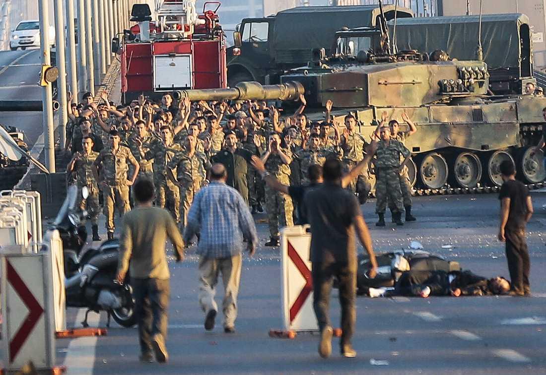 Soldaterna går med uppsträckta armar och utan vapen efter att kuppförsöket misslyckats.