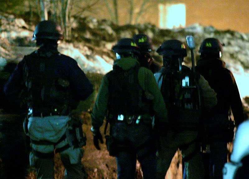 Ett stort antal poliser letade efter den misstänkte gärningsmannen.