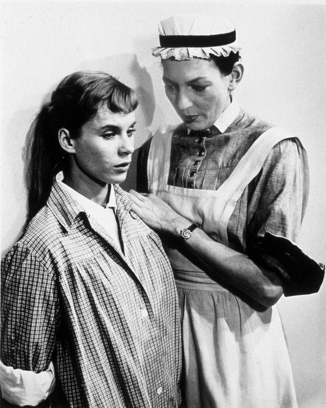 """Barbro Hiort af Ornäs i rollen som syster Brita tillsammans med Bibi Andersson i Ingmar Bergmans film """"Nära livet"""" från 1958."""