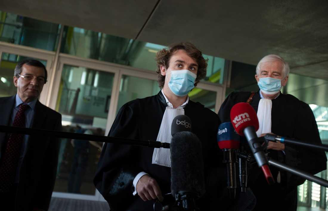 Advokaterna Rik Vanreusel (mitten) och Georges-Henri Beauthier (till höger) pratar med journalister i Antwerpen efter torsdagens terrordom mot en iransk diplomat.