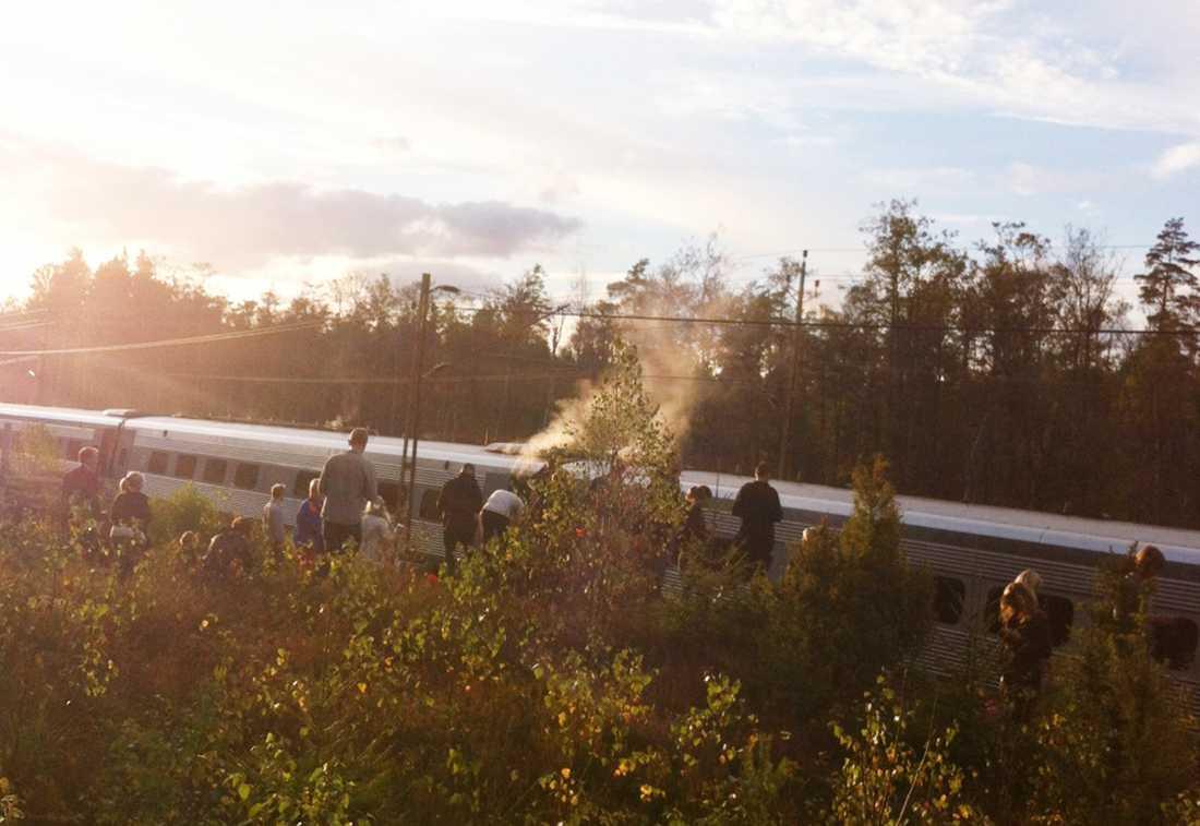 Passagerarna på tåget som brinner har evakuerats.