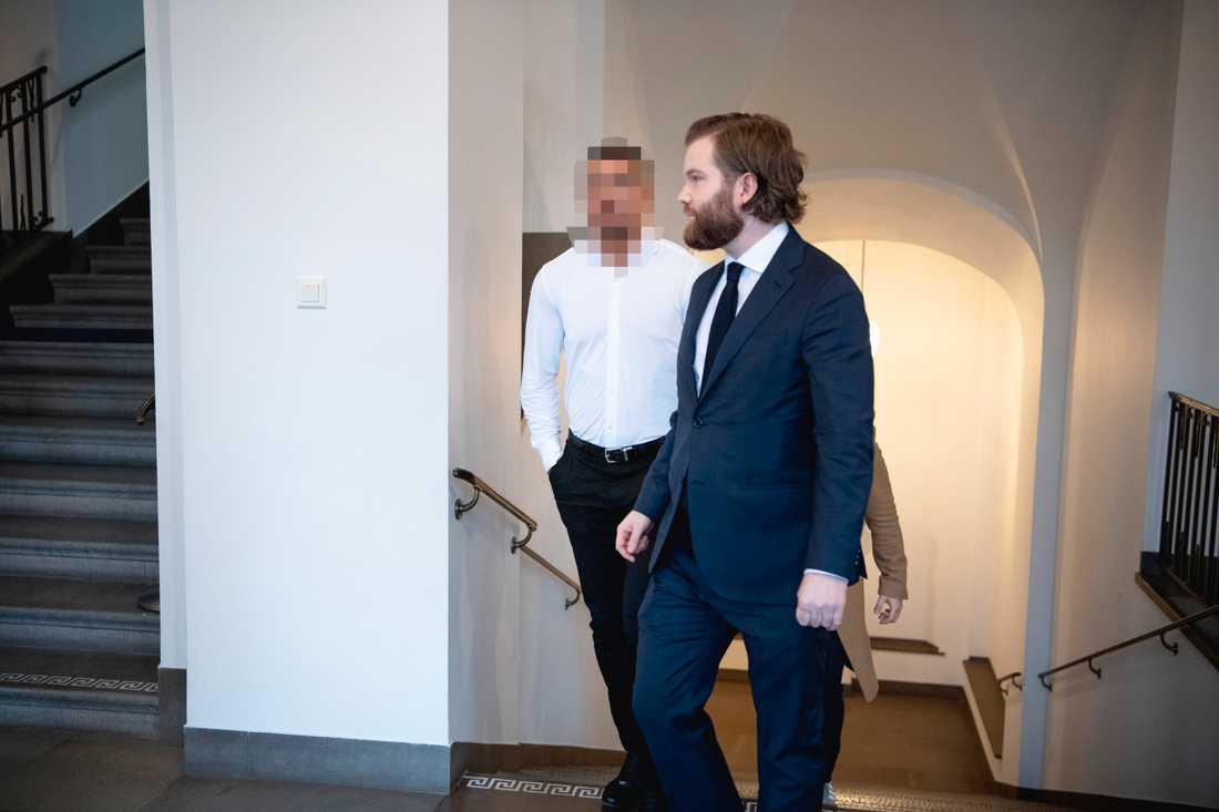 25-åringen (till vänster) på väg till förhandlingen i Högsta domstolen, med sin försvarsadvokat Kristofer Stahre. Arkivbild.