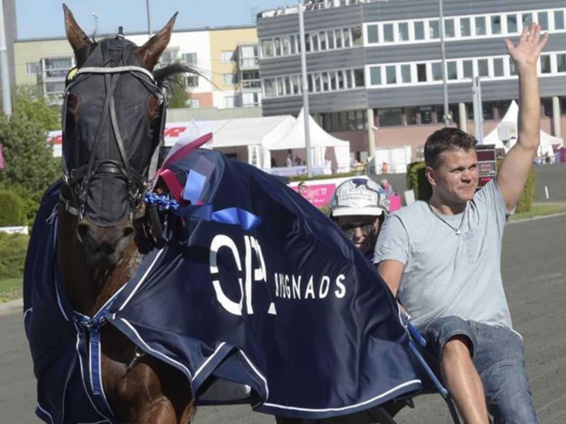Magnus Träff har applicerat samma träningsupplägg på travhästarna som han själv körde under sin friidrottskarriär. Här syns han tillsammans med Queer Fish under Elitloppshelgen.