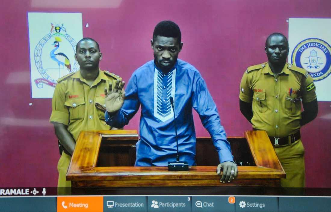 Oppositionspolitikern Robert Kyagulay, även känd som popstjärnan Bobi Wine, på videolänk från fängelset.