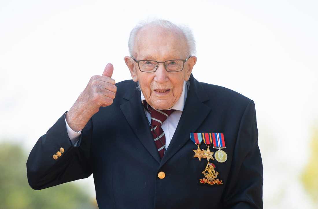 100-årige Tom Moore gick hundra varv i sin trädgård för att samla in pengar till sjukvårdspersonal i Storbritannien. Arkivbild.