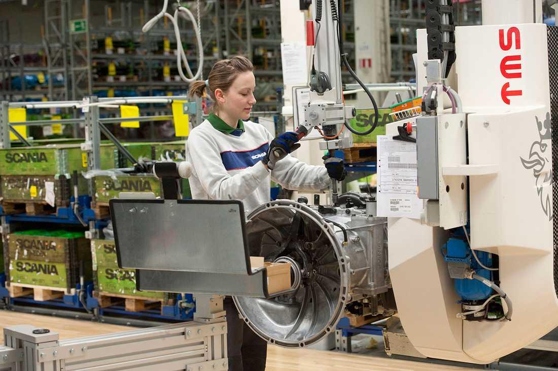 (Arkivfoto) Medarbetare tillverkar växellådor på Scania i Södertälje. Scania bistår nu Getinge i tillverkningen av respiratorer.