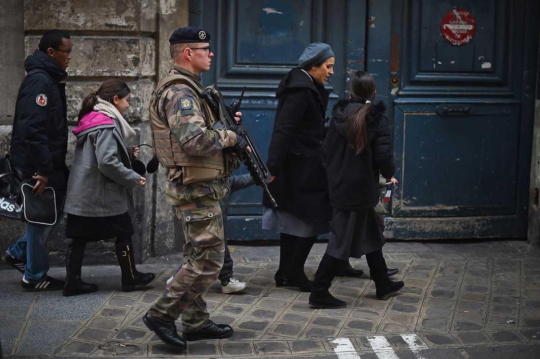 En tungt beväpnad soldat vid en judisk skola i Paris.
