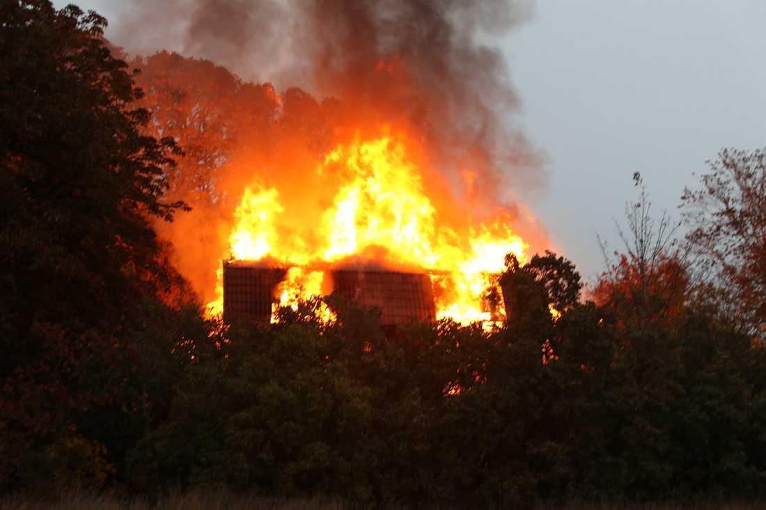 En villa i Lilla Husby utanför Knivsta började brinna på torsdagsmorgonen.