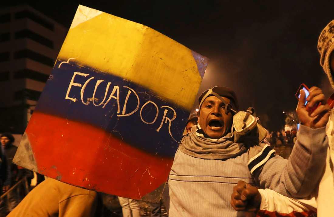 Demonstranter i huvudstaden Quito firar beskedet om att regeringen återinför bränslesubventionerna.
