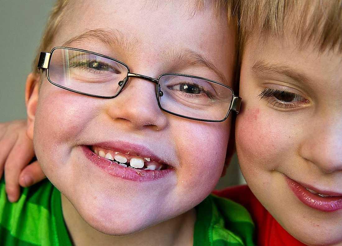 8-årige Edvin Koldrup med brorsan Love.