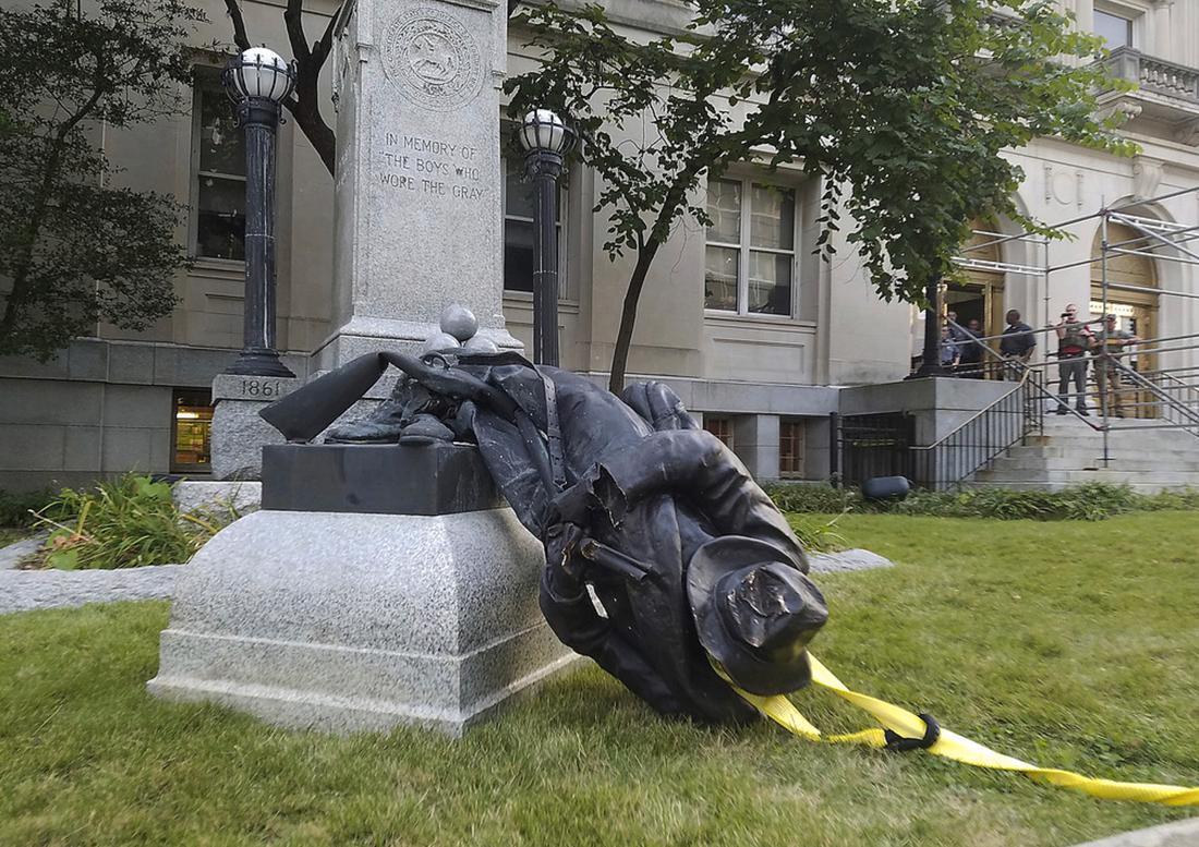 En staty föreställande en sydstatssoldat i Durham, North Carolina, drogs ner med rep av demonstranter i veckan.
