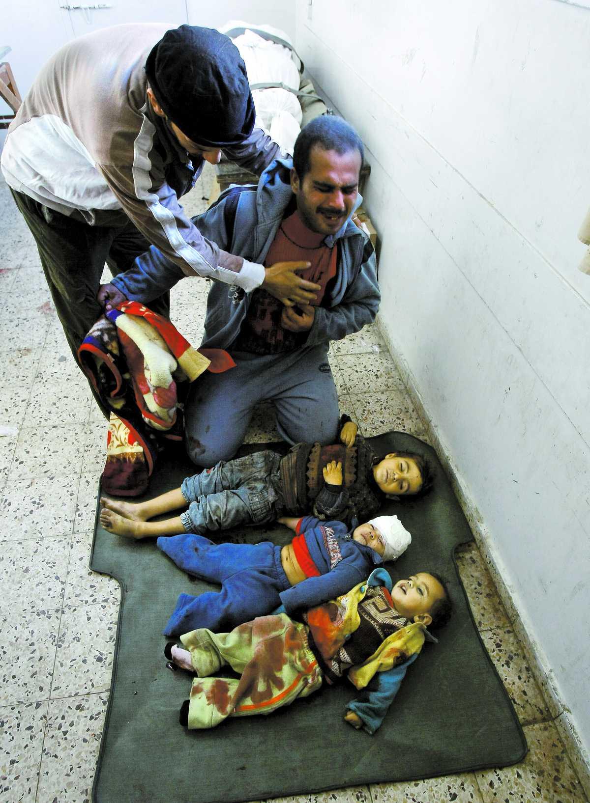 """BÅRHUSET Shifasjukhuset i Gaza City. Framför Halmy al-Samouni ligger hans son Mohammed – bortryckt av en israelisk raket, tillsammans med kusinerna Motasen och Ahmed. """"De betydde allt för mig. Nu när de dött känner jag mig ensam"""", säger han till Aftonbladet. I måndags begravdes barnen."""