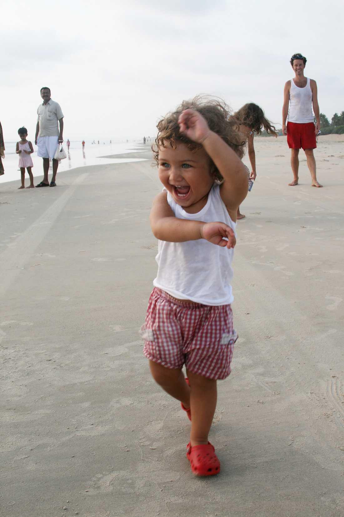 Stranden blir den perfekta lekplatsen för Selma.