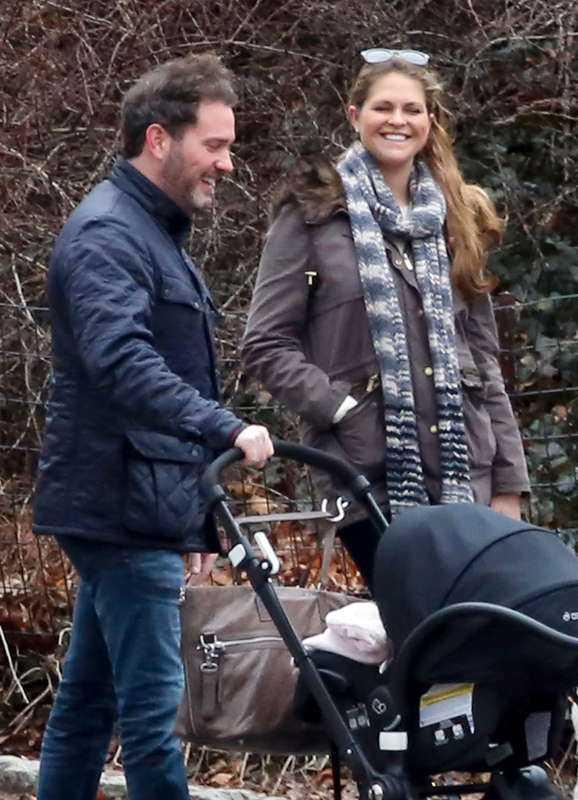 Chris O'Neill och prinsessan Madeleine med prinsessan Leonore – som nu har fått ett syskon.
