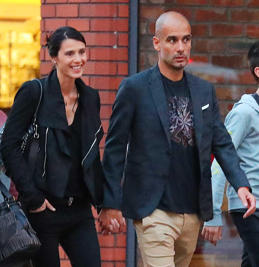 Cristina Serra och Pep Guardiola syns på gatorna i Manchester.