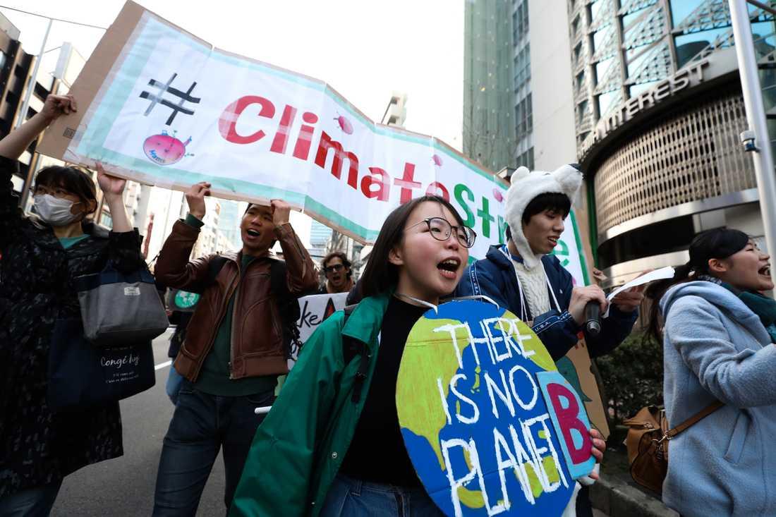 Hundratusentals skolungdomar över hela världen strejkade på fredagen för klimatet. Här i Tokyo, Japan.