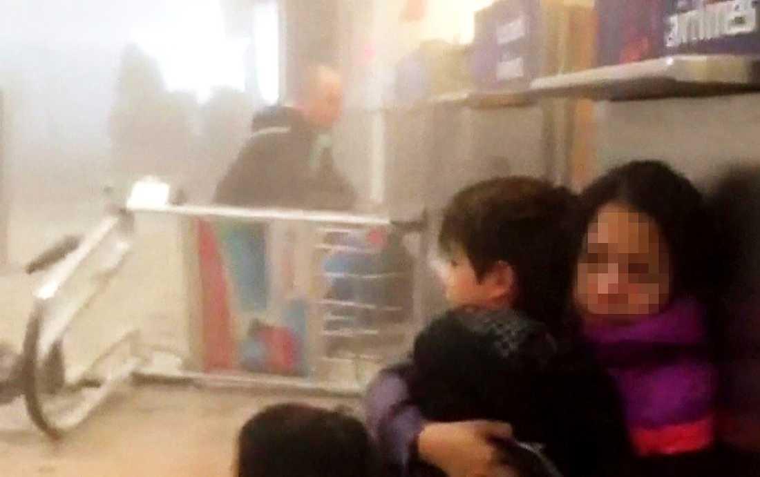 En kvinna med ett barn tar skydd på flygplatsen i Bryssel.