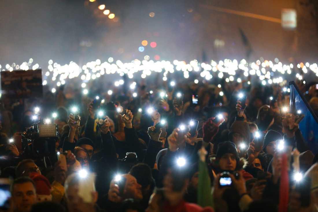 Demonstranterna lyste med sina mobiler under manifestationen i Budapest.