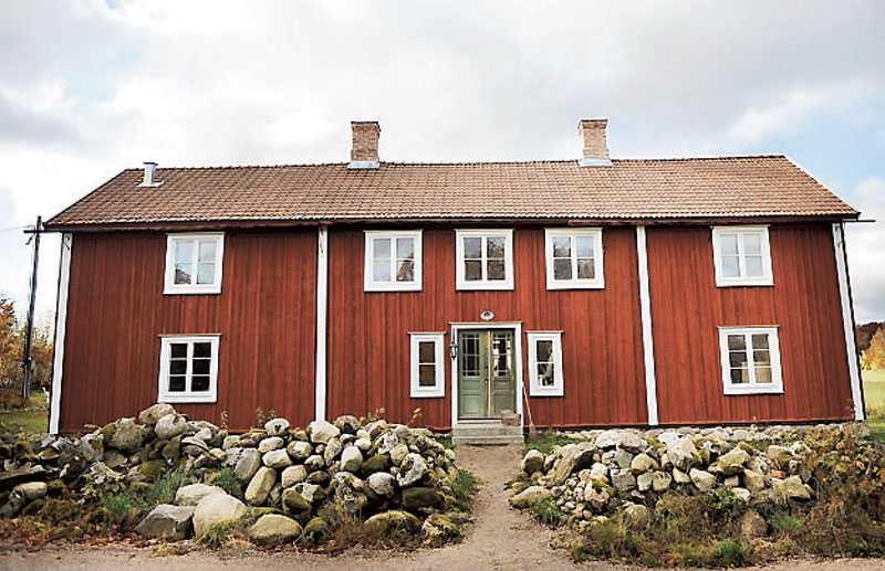 Axebo byggdes 1799 i Småland. Två hundra år senare byggdes det upp i Skåne igen. Regnrännorna av trä har David tillverkat. Alla takpannorna på framsidan tillhör originalhuset och är gjorda för hand.