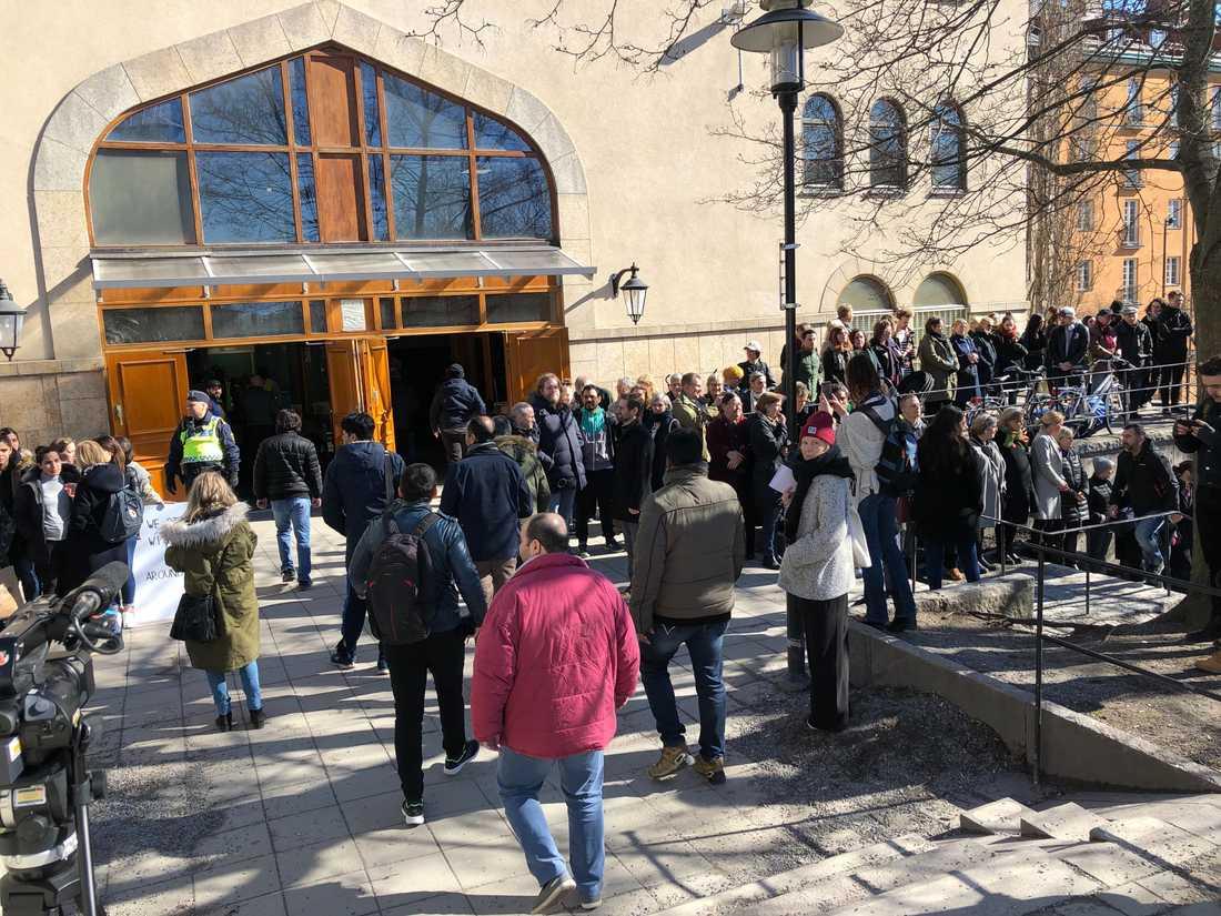 Runt Stockholm moské bildas en ring runt byggnaden för att hedra offren i Christchurch.