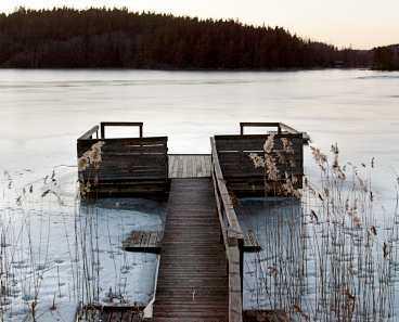 En kort promenad från huvudbyggnaderna ligger sjötorpet Torpsvik, vid stranden finns en vedeldad bastu.
