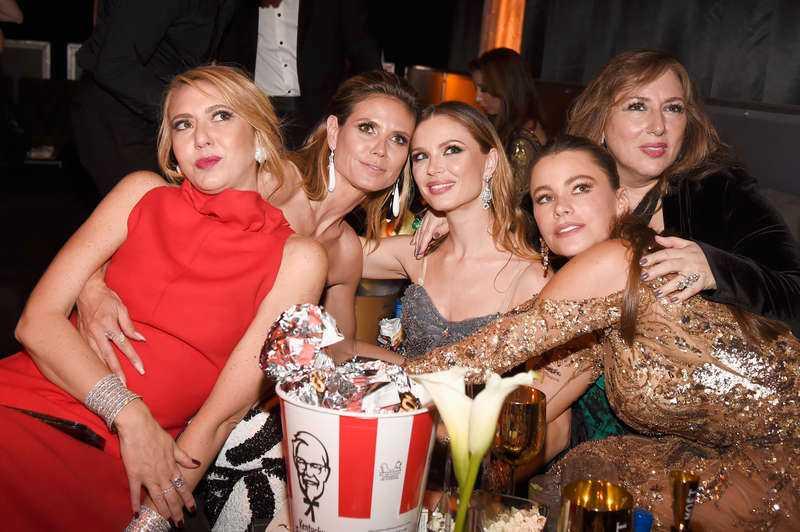 Heidi Klum, Georgina Chapman och Sofia Vergara tillsammans med festgäster.